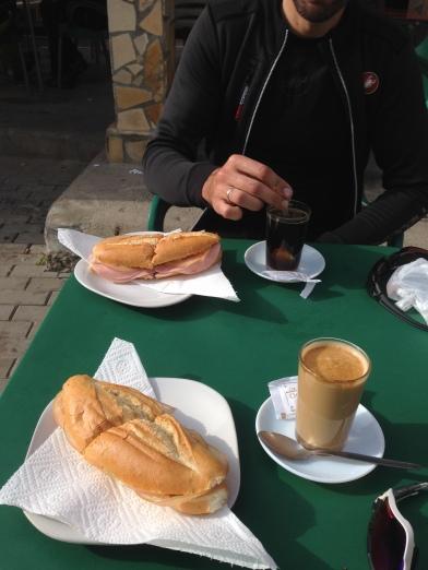 Desayuno en la estación de El Chorro. (Málaga).